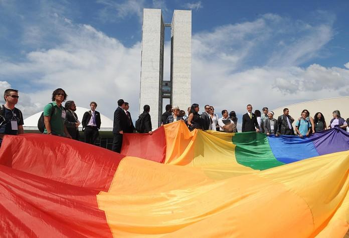 Bandeira gay estendida na rampa do Congresso Nacional