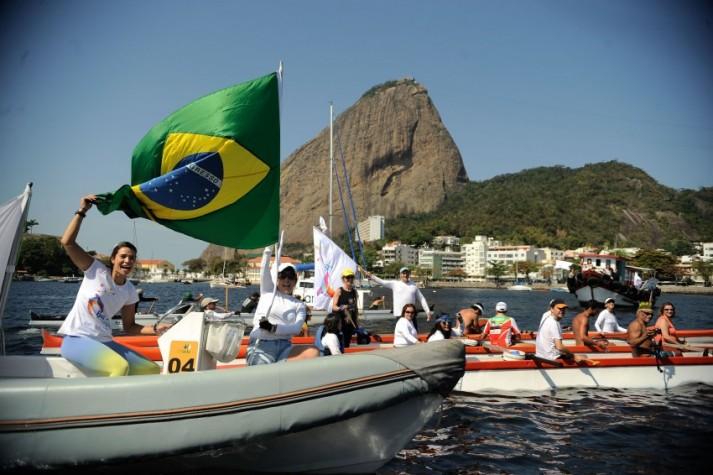 Barqueata na Baía de Guanabara faz alerta para a poluição