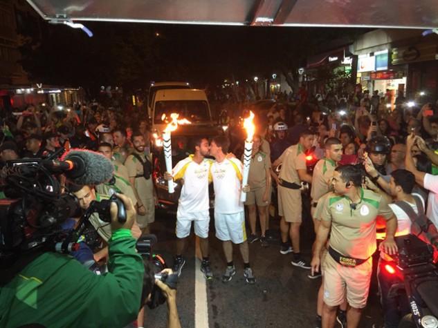 Homens se beijam durante revezamento da tocha nas Olimpíadas
