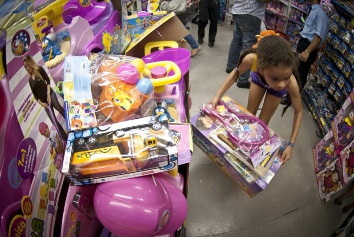 Crianças escolhem; brinquedos em loja na rua 25 de março em São Paulo
