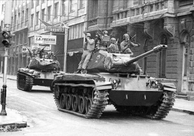 O golpe de 11 de setembro: os tanques desfilam pelas ruas vazias de Santiago