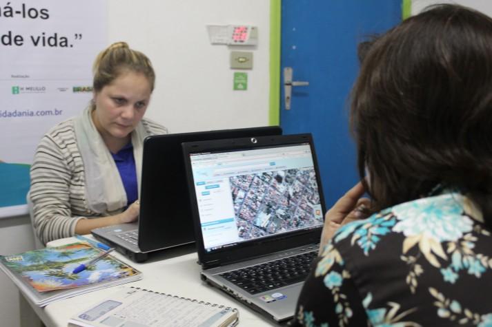 Mulheres ao computador