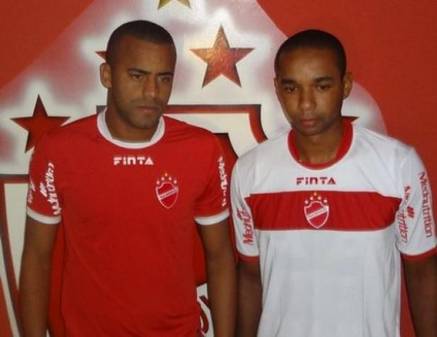 Zagueiros Diego e Douglas, recém chegados ao Vila Nova