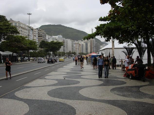 cariocas passeiam por copacabana
