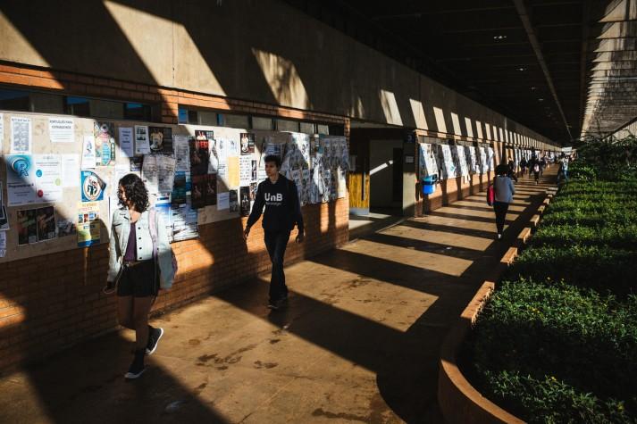 Alunos da UNB chegam para aula em um dos corredores do ICC