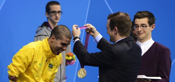 Daniel Dias recebe medalha do presidente do CPB, Andrew Parsons