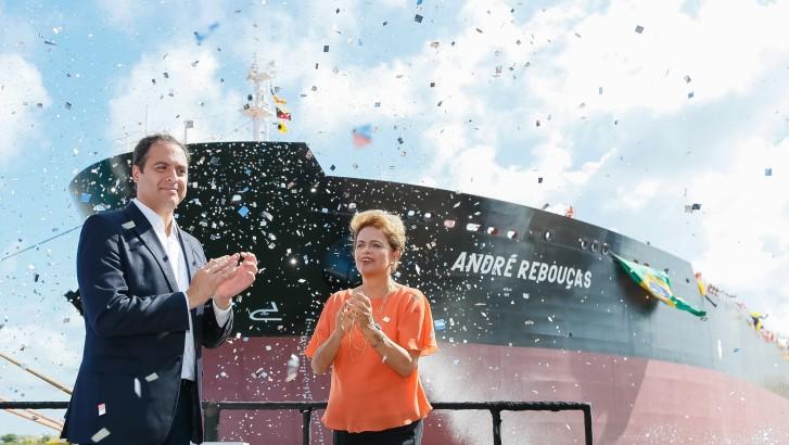 Presidenta Dilma Rousseff e o governador Paulo Câmara durante inauguração do navio André Rebouças no porto de Suape, Pernambuco