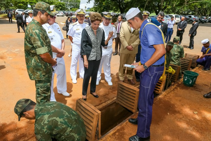 A presidenta Dilma Rousseff observa ações de combate ao Aedes aegypti na Marinha