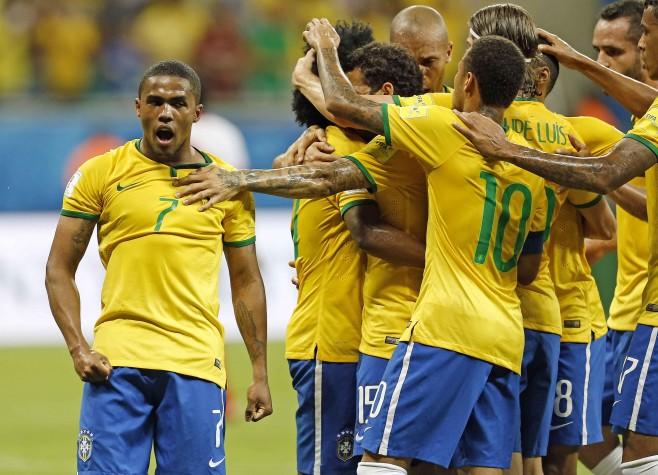Douglas Costa comemora com companheiros gol do Brasil contra o Peru, em Salvador