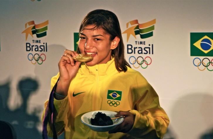 Sarah Menezes come brigadeiro