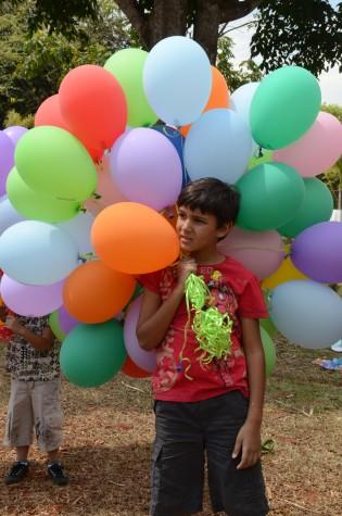 Criança com balões