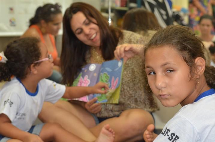 Menina, durante a leitura do livro