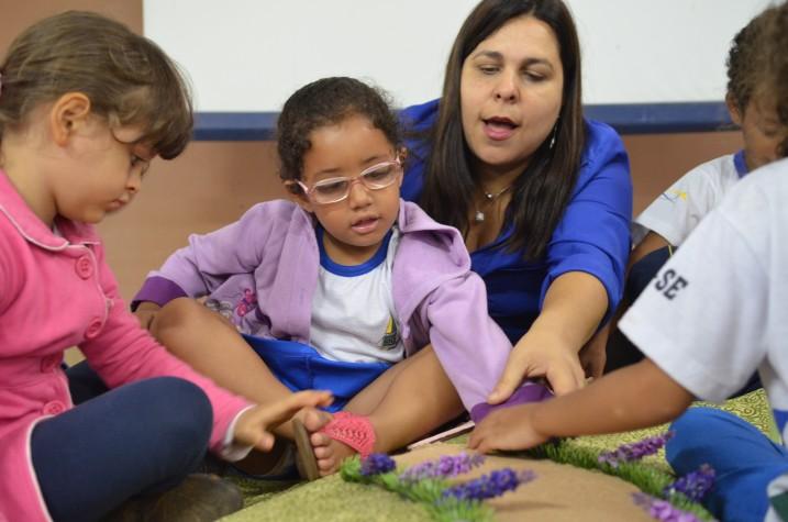 Alessandra Roscoe na oficina de leitura para bebês cegos