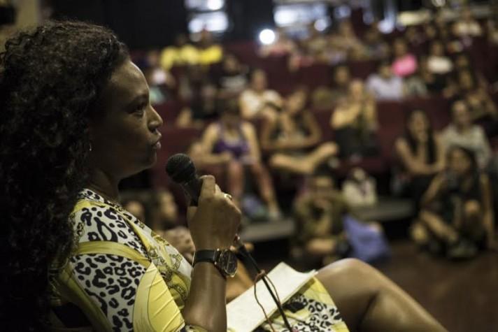 A advogada e produtora cultural, Eliane Dias, na roda de conversa sobre feminismo, no Emergências 2015
