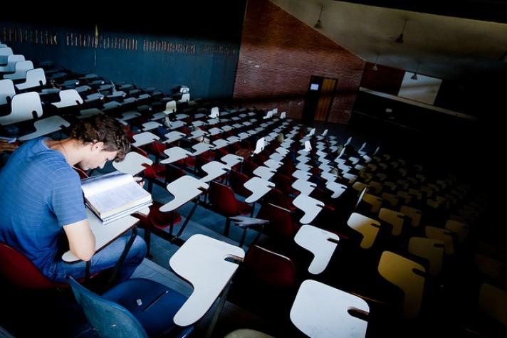 Estudante universitário em sala de aula