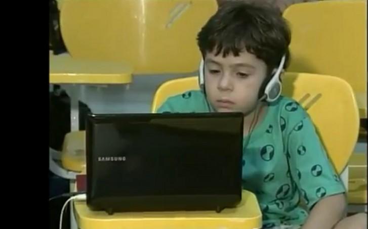 Criança no computador 2