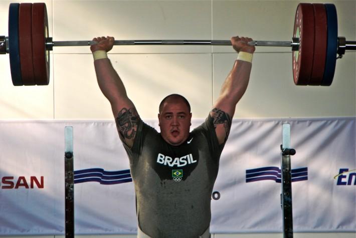O halterofilista Fernando Reis em treinamento