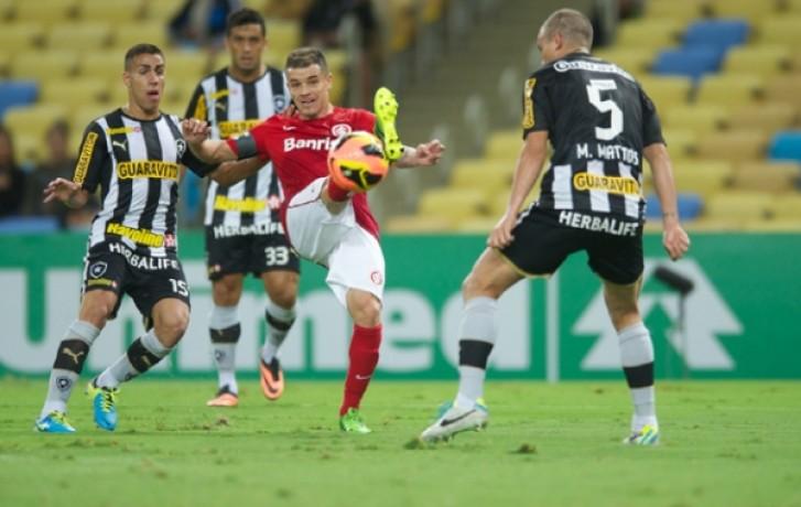 Os gols do Botafogo foram marcados por Vitnho (duas vezes) e Seedorf. Os gols do colorado foram marcados por Scocco (duas vezes)