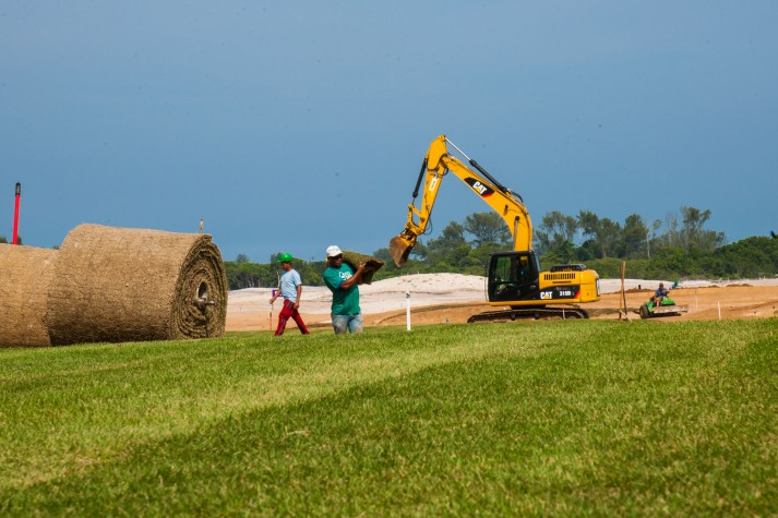 Início do plantio de grama na construção do Campo de Golfe Olímpico Rio 2016