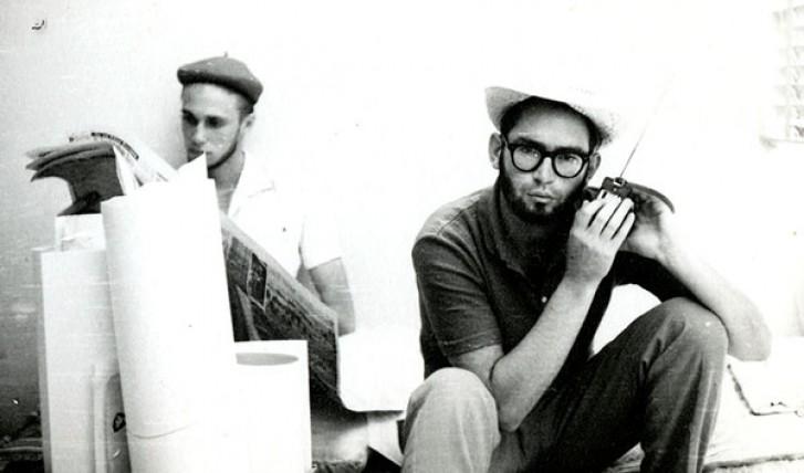Estudantes ouvem rádio em Brasília no dia 1º de abril de 1964