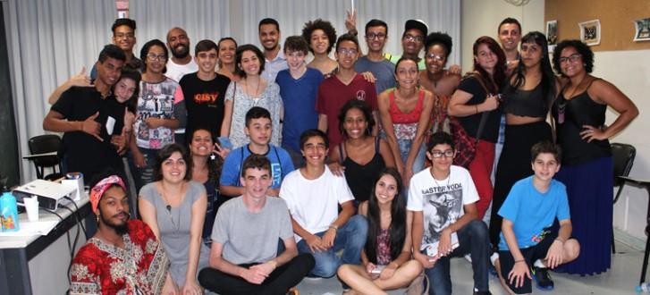Grupo de jovens que participou da pesquisa Nossa Escola em (Re)Construção