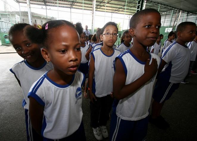 Crianças cantam Hino Nacional