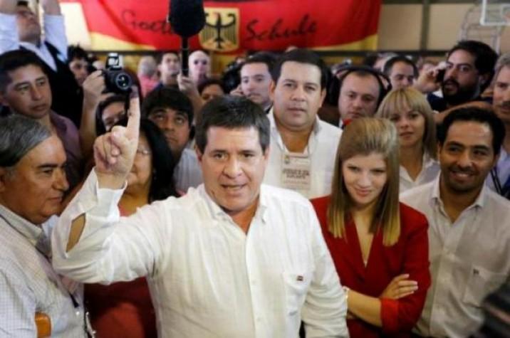 presidente eleito do Paraguai mostra o número um com a mão