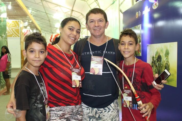 Família visita a feira de artesanato dos Jogos Mundiais Indígenas em Palmas (TO)