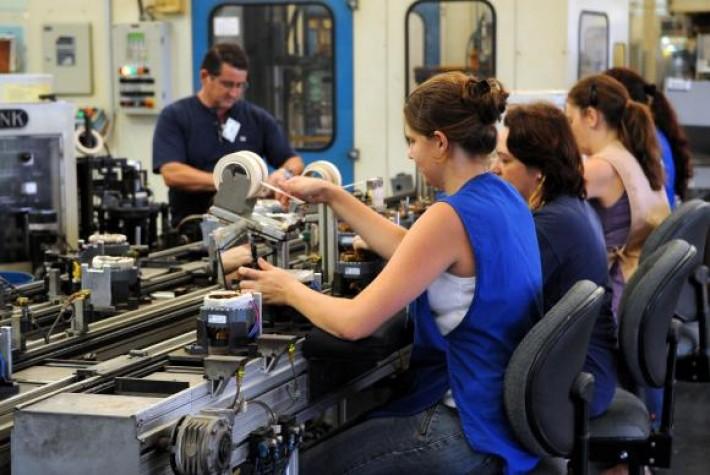 Pesquisa do IBGE comprova que mulheres enfrentam desigualdades no mercado de trabalho em relação aos homens