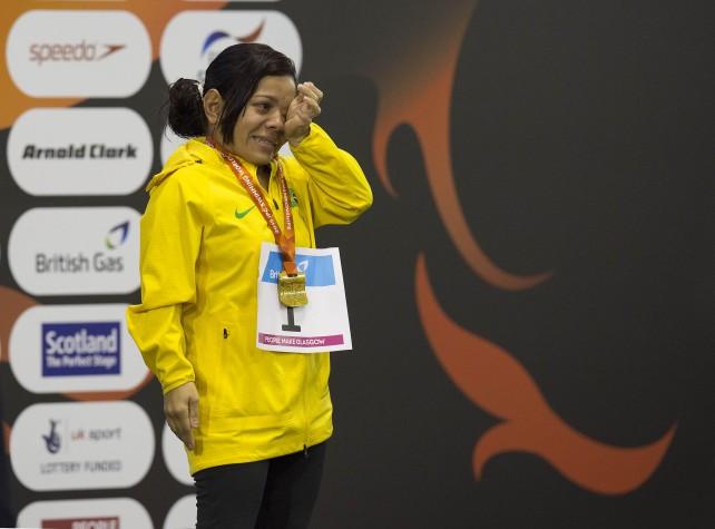 Joana Maria Silva emociona-se ao subir no lugar mais alto do pódio no Mundial Paralímpico de Natação, em Glasgow