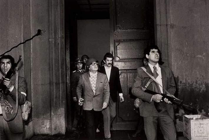 Allende se defende durante ataques ao Palácio La Moneda em 1973