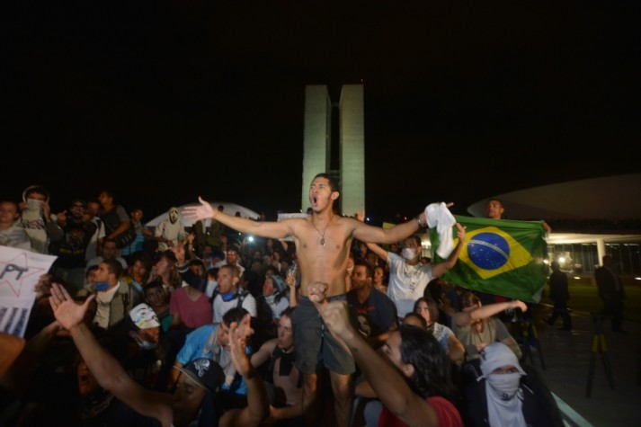 Manifestantes protestam em frente ao Congresso Nacional._20130618_Fábio Rodrigues Pozzebom_Abr_1