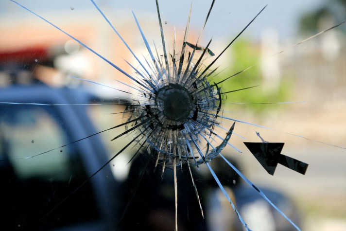 Violência - marca de tiro no vidro