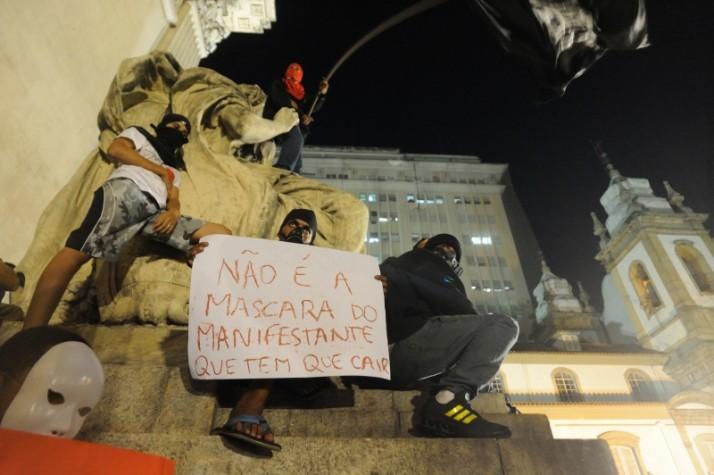 manifestantes favoráveis ao uso de máscaras nos protestos