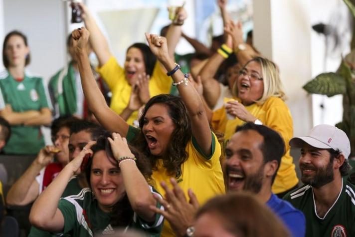 A festa na Embaixada do México terminou ficando para os brasileiros, presenteados com a vitória por 2 a 0