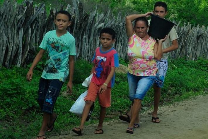 Mulheres são as principais responsáveis por levar água para as famílias