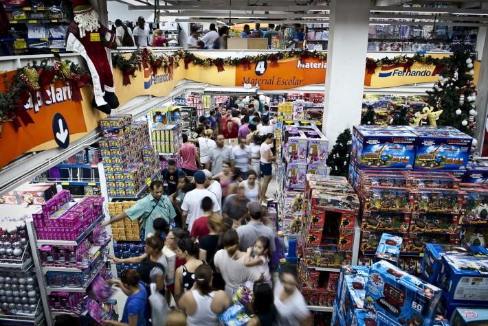 EBC | Consumidores enfrentam ruas e lojas lotadas para comprar ...