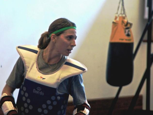 Taekwondista Natália Falavigna durante treino