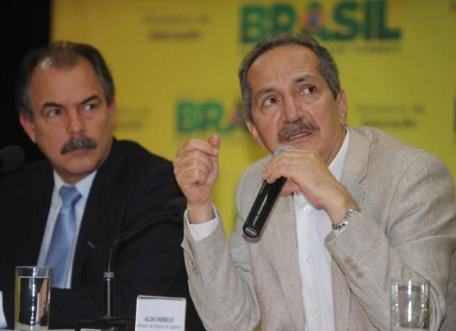 Os ministros da Educação, Aloizio Mercadante, e do Esporte, Aldo Rebelo, durante lançamento do Programa Atleta na Escola