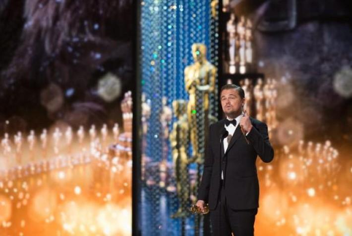 Leonardo Di Caprio recebe o prêmio de melhor ator no Oscar 2016