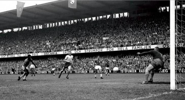 Pelé marca contra Suécia na final da Copa de 1958