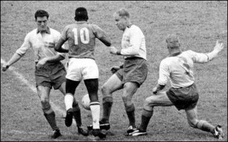 Pelé x zagueiros da Suíça em 1958