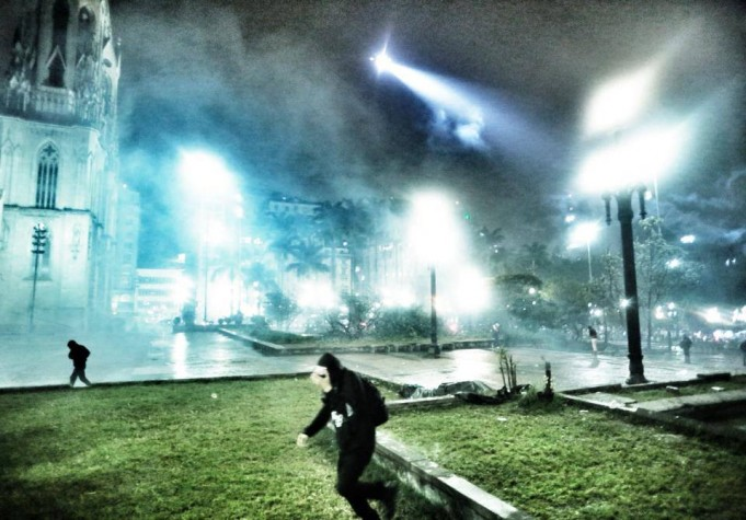 Praça da Sé é alvejada por bombas de gás lacrimogeneo na chegada de milhares de estudantes em SP