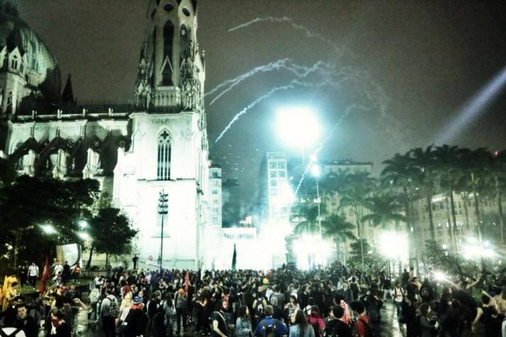 PM lança bombas de gás em milhares de manifestantes na Praça da Sé