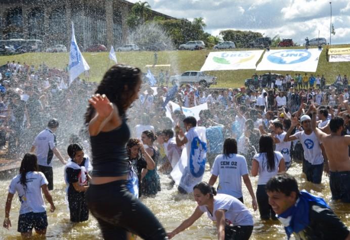 UNE realiza manifestação reivindicando 10% do PIB do país investidos em educação pública