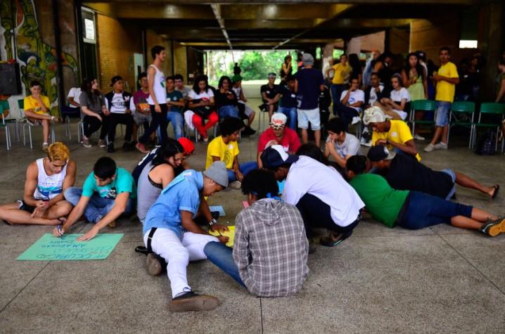 alunos se reúnem na Escola Estadual Caetano de Campos em assembleia para discutir se vão desocupar as escolas