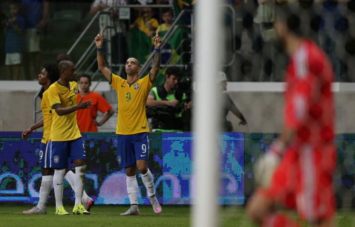 diego-tardelli-comemora-gol-pela-seleção-brasileira