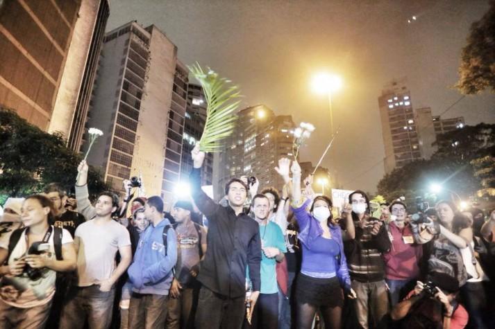 """""""Sem violência"""" gritam manifestantes em frente a cordão da PM na regiāo da Praça Roosevelt"""