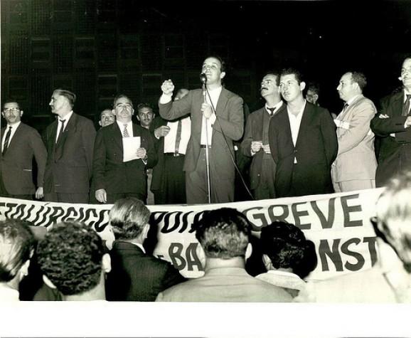 José Serra durante discurso como presidente da UNE