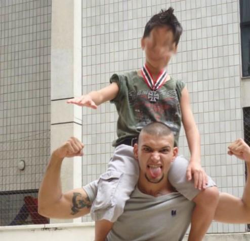 Criança fazendo saudação nazista